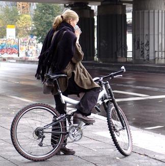 女の子-自転車-雨-日-1234780300_45